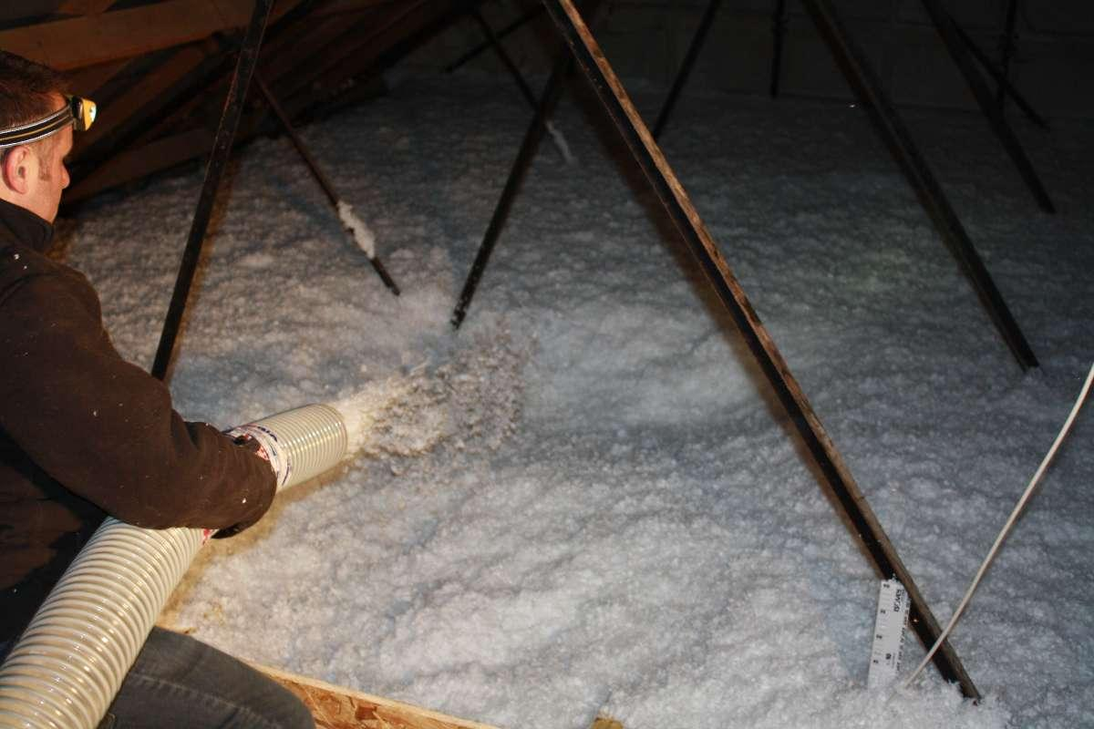 soufflage de laine dans les combles pour isolation